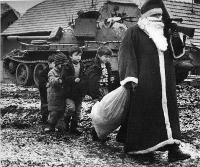 Babbo Natale con i bambini durante la seconda guerra croata. Vukovar, 1992