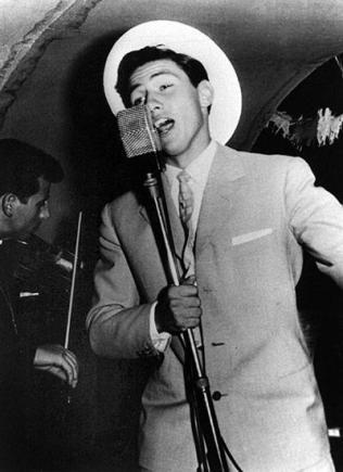 Silvio Berlusconi canta su una nave da crociera, 1960