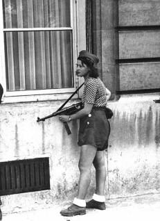 Simone Segouin, una diciottenne combattente della resistenza francese, durante la liberazione di Parigi. [19 agosto, 1944]