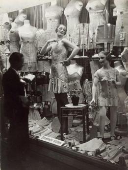 Vetrina di un negozio: uomo alla ricerca di lingerie 1931-1932 fotografia di Brassaï