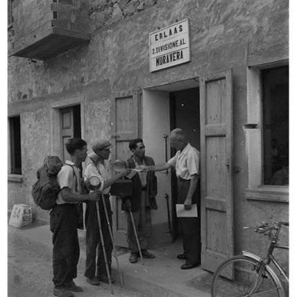 Suschitzky - Muravera, ultime disposizioni alla squadra di operai, 1948