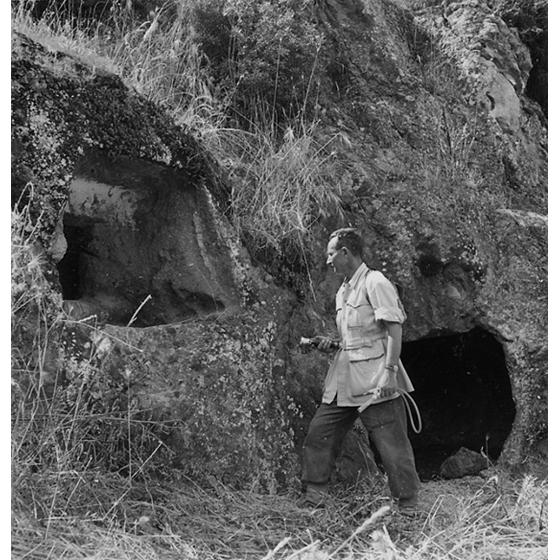 Suschitzky - Ricerca di zanzare adulte in una domus de jana, 1948