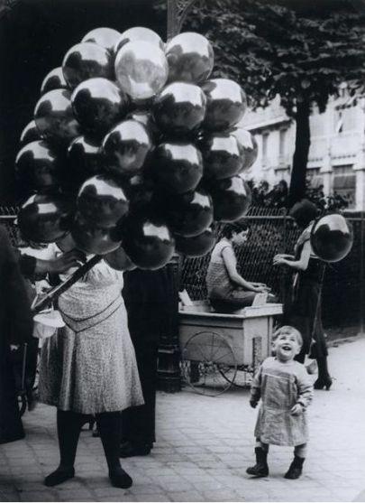 Il venditore di palloncini fotografato da Brassaï nel 1931
