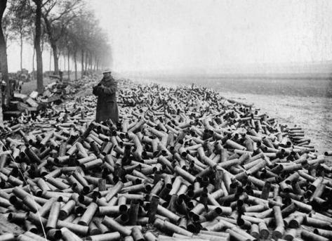 Le granate di un bombardamento alleato su linee tedesche, 1916