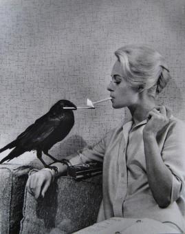Tippi Hedren a cui fa accendere la sigaretta accesa un corvo sul set di The Birds, 1963