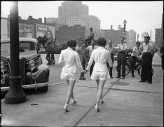 Due donne che mostrano le gambe scoperte in pubblico per la prima volta a Toronto. [1937]
