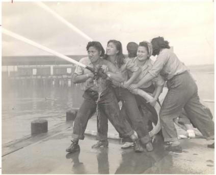 Volontarie imparano a combattere gli incendi a Pearl Harbor [c. 1941 - 1945]