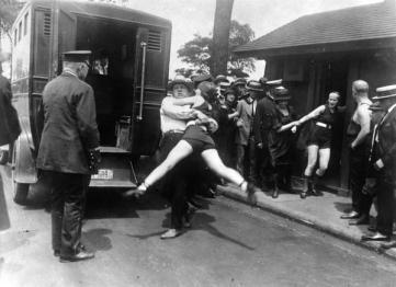 Donne arrestate per aver indossato costumi da bagno che mostrano troppa gamba. Chicago 1922
