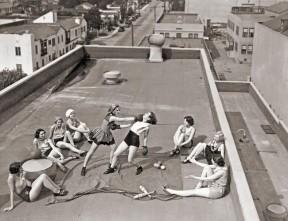 Donne fanno boxe su un tetto a Los Angeles. [1933]