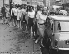 15 giovani donne in procinto di battere il record mondiale per i passeggeri in una Mini, 1966