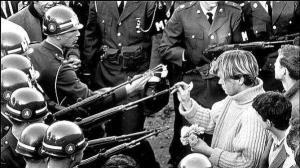 George Harris a 18 anni mette fiori nelle canne dei fucili della Guardia Nazionale al Pentagono nel 1967