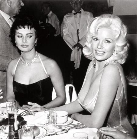 """""""I suoi capezzoli stavano per finire sul mio piatto. Nel mio volto si può vedere la paura"""" - Sophia Loren su Jayne Mansfield '57"""
