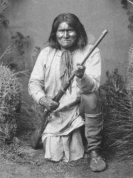 27 marzo 1886 - Il famoso guerriero Apache, Geronimo, si arrende all'esercito degli Stati Uniti, ponendo fine alla fase principale delle guerre apache