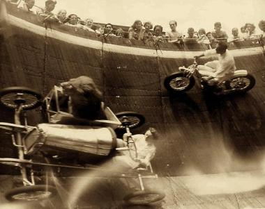 Un leone nel sidecar di un go-kart in un muro della morte, Massachusetts, c. 1929