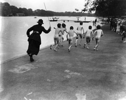 Una poliziotta che rincorre col frustino una banda di bambini nudi in Hyde Park, 1926