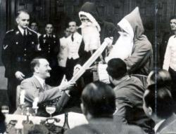 Adolf Hitler riceve alcuni regali da Babbo Natale