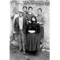 Andreas Fridolin Weis Bentzon - Giuseppe Manca e la sua famiglia fotografati nel cortile di casa