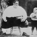L'attore bambino Joe Cobb incontra l'uomo più grasso del mondo, California, 1925