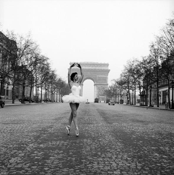 Christianne Gaulthier, ballerina del Moulin Rouge, balla per le strade di Parigi, alle prime luci dell'alba, 1955