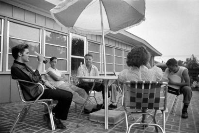 Elvis Presley a casa sua con degli amici