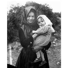 Fondo Costa - Area del Sulcis, Donna con bambina in braccio