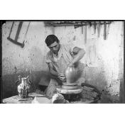 Fondo Costa - Assemini, Il figulo Vincenzo Farci (1905 - 1989) al tornio nel laboratorio di ceramica di Federico Melis