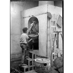 Fondo Costa - Assemini, Nel laboratorio di ceramica di Federico Melis, Vincenzo Farci e un aiutante ripresi mentre infornano i manufatti