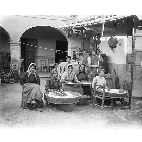 Fondo Costa - Campidano – Operazioni di setacciatura della farina nel cortile di un'abitazione tradizionale