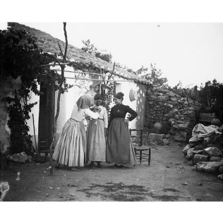Fondo Costa - Campidano, Gruppo femminile nel cortile di casa