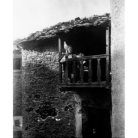 Fondo Costa - Desulo, Anziana filatrice ripresa al balcone