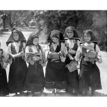 Fondo Costa - Desulo, Gruppo di scolare che indossano l'abito tradizionale