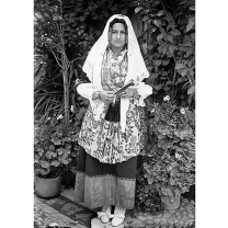 Fondo Costa - Donna che indossa l'abito tradizionale di gala dell'area dell'hinterland di Cagliari