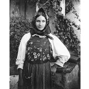 Fondo Costa - Giovane donna che indossa l'abito tradizionale (area centro-occidentale)
