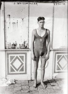 Johnny Weissmuller in un costume da bagno dell'Illinois Athletic Club, circa 1922