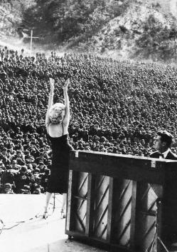 Marilyn Monroe si esibisce per le truppe di stanza in Corea del 1954