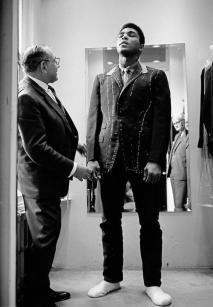 Muhammad Ali viene misurato per un abito in Savile Row, 1966 • Thomas Hoepker