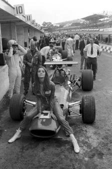 Bella ragazza su una Ferrari