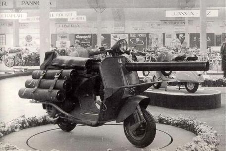 """La Vespa TAP, o """"Vespa Bazooka"""", uno scooter con un cannone da 3 pollici per l'uso dei paracadutisti. 1956"""