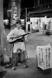 Tokyo. Quartiere di Asakusa. Un ex soldato ferito durante la seconda guerra mondiale. Fotografata da Werner Bischof. 1951
