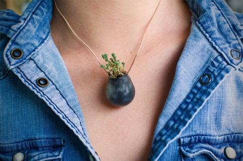 Wearable Planterdell'artista statunitenseColleen Jordan