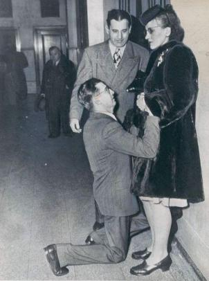 Un uomo chiede perdono alla moglie alla Chicago Divorce Court. 1948