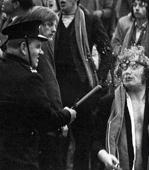Gli occhiali in frantumi di un uomo colpito da un agente di polizia. c. 1960