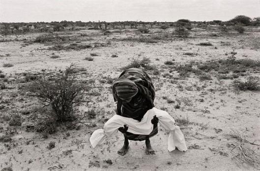 Una madre in Somalia tiene il corpo del suo bambino che è morto di fame. (1992)