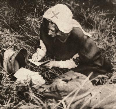 Un infermiere della Croce Rossa scrive le ultime parole di un soldato britannico, prima guerra mondiale. Paul Thompson