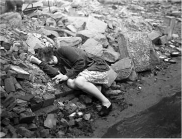 Una donna che piange il giorno in cui Dessau fu bombardata, 1945. Fotografia di Henri Cartier-Bresson