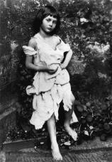 Alice Liddell, la bambina che ha ispirato Alice nel paese delle meraviglie, fotografata da Lewis Carroll nel 1858