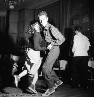 Studenti con scarpe da ginnastica ballano lo swing in un night club a Parigi, 1949