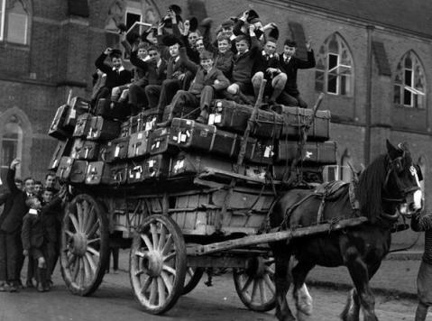 I ragazzi della Ardingly School all'inizio delle vacanze di Natale, 1926