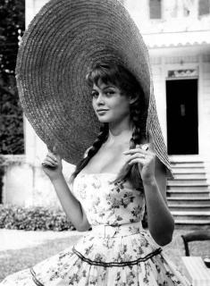 Brigitte Bardot con un cappello di paglia gigante, 1950