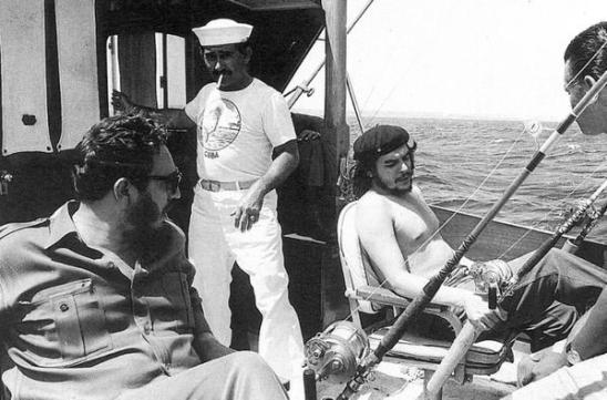 Che Guevara e Fidel Castro a una battuta di pesca, 1960. Foto di Alberto Korda